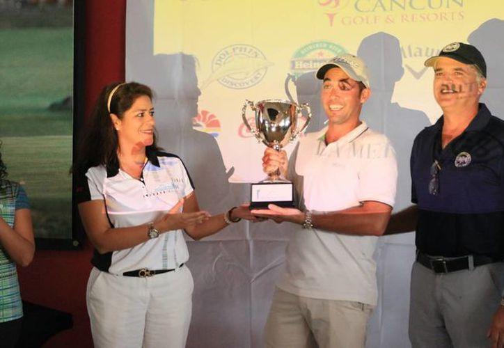 Recibió Luis Riveroll el trofeo de esta segunda edición del evento. (Raúl Caballero/SIPSE)