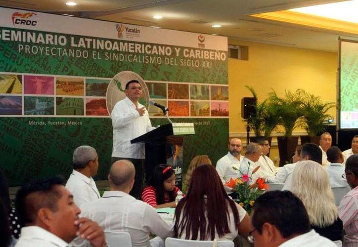 El gobernador de Yucatán, Rolando Zapata Bello, inauguró el Seminario Latinoamericano y Caribeño 'Proyectando el sindicalismo del siglo XXI'. En su discurso, dijo que 'ya es tiempo de mejorar los salarios'. (Milenio Novedades)