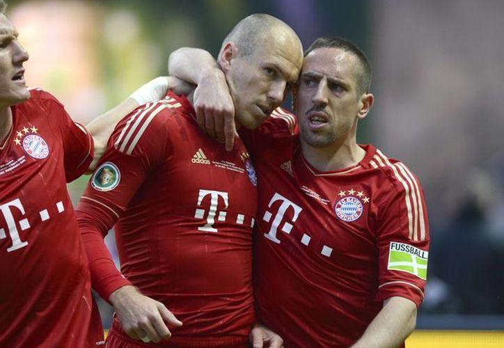 El holandés Arjen Robben (c), el francés Franck Ribbery (d) y el alemán Bastian Schweinsteiger son 3 de los 6 jugadores del Bayern que no podrán ver acción en cuartos de final de la Champions League ante Porto. (beinsports.tv)