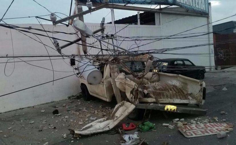 El coche fue proyectado contra un poste. (Redacción/SIPSE)