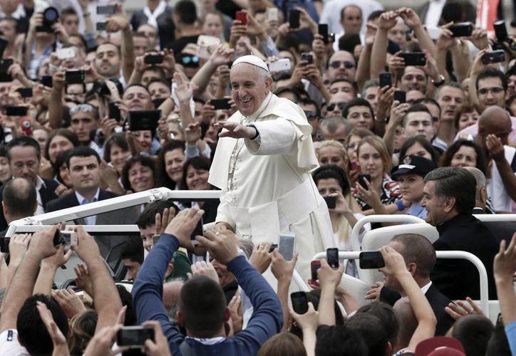 La interacción del Papa con la multitud en Albania fue muy diferente a la habitual, pues su vehículo prácticamente no se detuvo para saludar a los fieles. (Foto: AP)