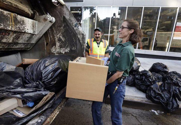La antropóloga Robin Nagle afirma que muchas personas amueblan sus casas con lo que otras tiran a la basura. Ella trabajó incluso como recolectora hace algún tiempo. (AP)