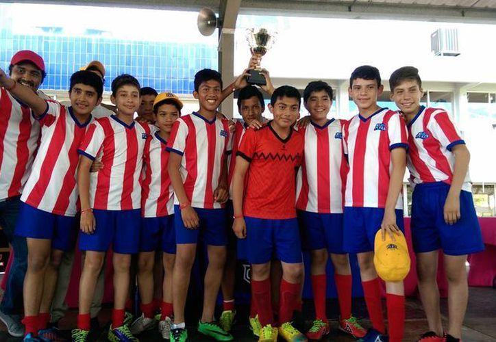 La escuadra del Atlético Faro se llevó la Copa Faro por su buen desempeño y comportamiento en la justa. (Milenio Novedades)