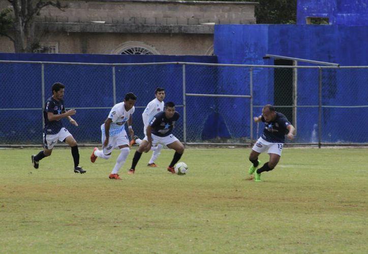Los mejores jugadores de la Primera Fuerza Estatal de Futbol protagonizaron un trepidante duelo, en Dzan. (Marco Moreno/Milenio Novedades)