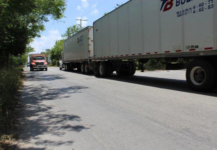 Los habitantes cercanos a la avenida O'ocot piden que se construya un paso peatonal para poder cruzar dicha vía sin peligro.  (Sara Cauich/SIPSE)