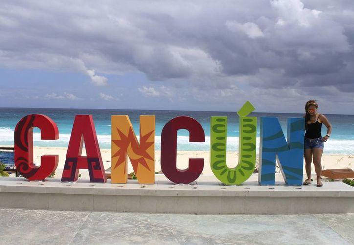 Participantes de concurso podrían obtener beneficios con sólo posar junto a las letras. (Sergio Orozco/SIPSE)