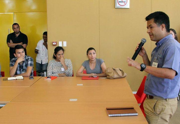 Erick Xochipa Ruiz (der), fundador de Wave group, al inaugurar el primer taller Jeics de la agrupación en Mérida. (César González/SIPSE)