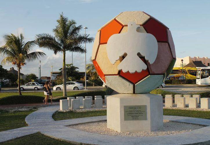 """El monumento """"Fútbol y la Paz"""" se encuentra en el kilómetro 5.5 de la zona de playas. (Jesús Tijerina/SIPSE)"""