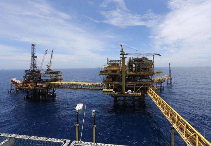 En México existe una escasez de talento en aguas profundas, por lo que deberá capacitar a los trabajadores. (facebook.com/Pemex)