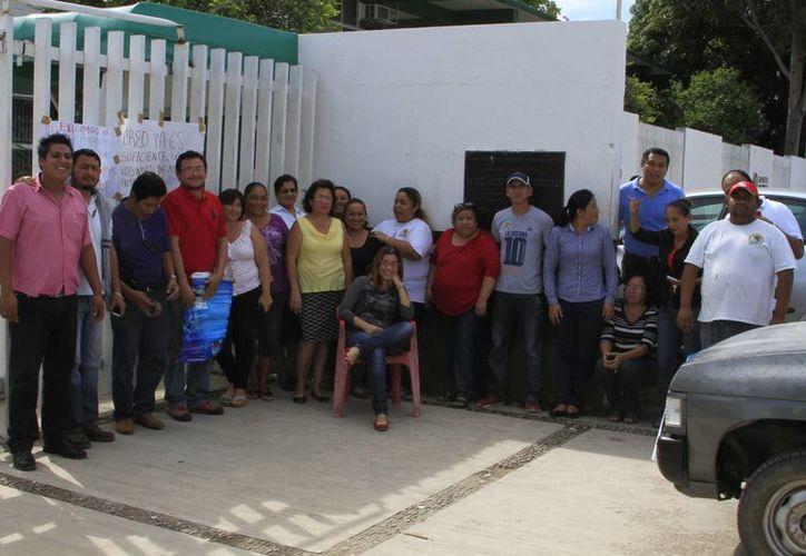 Trabajadores esperan que en breve sea depositado el pago retroactivo del incremento. (Ángel Castilla/SIPSE)