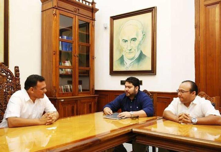 El Gobernador platicó con los hermanos Arellano Hernández, nuevos dueños de los Leones de Yucatán, quienes tienen como meta convertir la franquicia en la más importante de la LMB. (Cortesía)