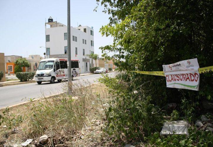Autoridades municipales colocaron 20 sellos de clausura en un predio aledaño a la invasión de In House, de los cuales tres fueron violados. (Octavio Martínez /SIPSE)