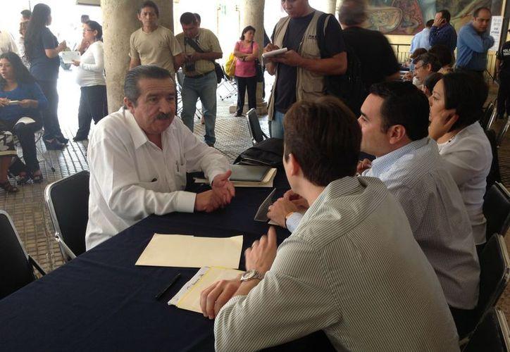 Los ciudadanos fueron atendidos en 8 mesas que el Ayuntamiento de Mérida puso a su disposición. (David Pompeyo/SIPSE.com)