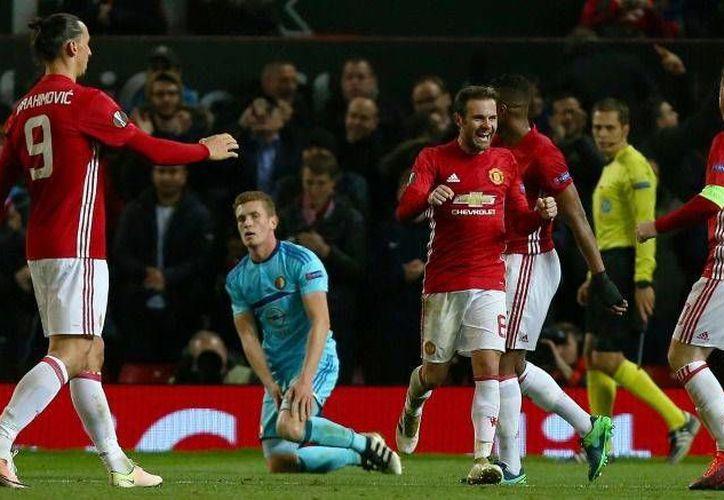 El Manchester goleó al Feyenoord, pero ahora debe ganar el último partido de la fase de grupos para asegurar su calificación a la siguiente ronda en la Europa League. (AP)