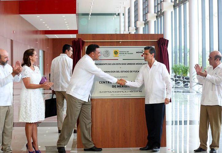 El presidente Enrique Peña y el gobernador Rolando Zapata inauguraron ayer el Centro de Justicia Oral de Mérida. (Cortesía)