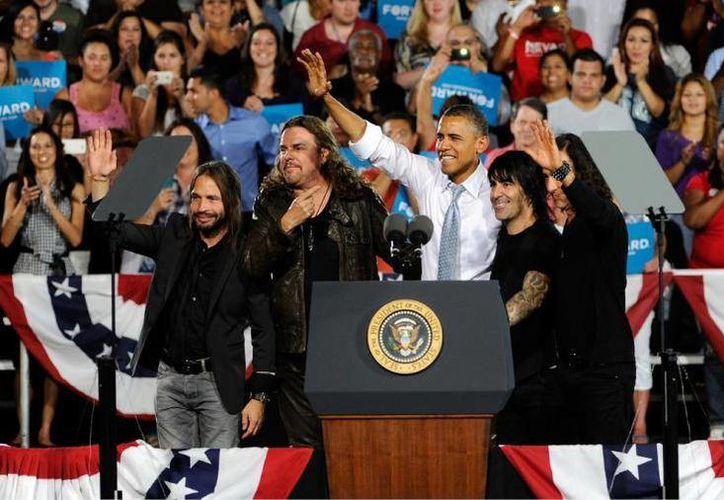 Maná junto al presidente de los Estados Unidos, Barack Obama, durante su campaña en 2012. Los mexicanos exhortaron a la comunidad latina a votar en las próximas elecciones por un candidato que apoye sus derechos. (Archivo AP)