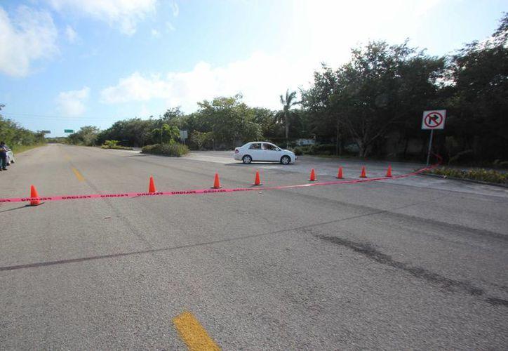 La calle entre El Cedral y el club de playa Palancar de Cozumel fue cerrada el martes, presuntamente para practicar arrancones clandestinos. (Gustavo Villegas/SIPSE)