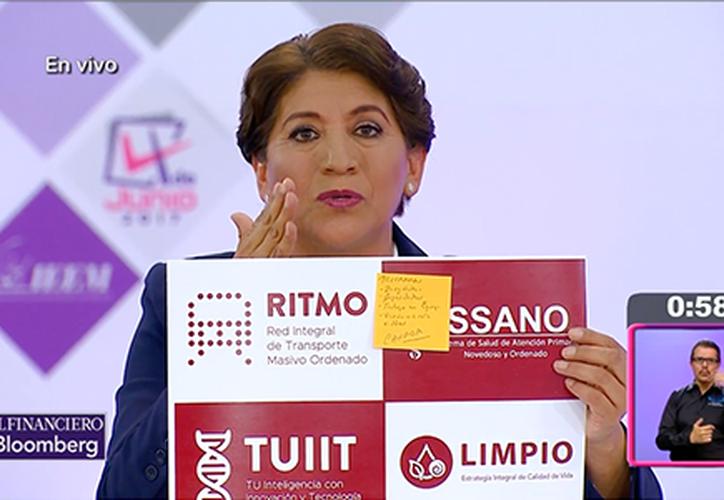 La candidata Delfina Gómez, de Morena, mostró una de sus láminas con 'notitas' con sus anotaciones para el debate. (El Financiero)