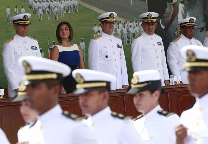 El secretario de Marina, Vidal Francisco Soberón Sanz, encabezó la ceremonia de graduación de oficiales de las escuelas de Enfermería, Intendencia y Electrónica. (Notimex)