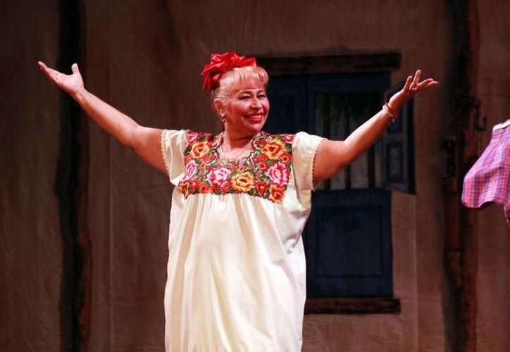 """La actriz Jazmín López Manrique, mejor conocida como """"Tina Tuyub"""", volvió anoche a los escenarios yucatecos, para divertir de manera sana al público yucateco, que llenó el Teatro 'Peón Contreras'. (Milenio Novedades)"""