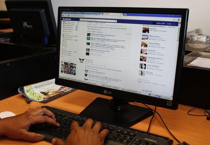 Las autoridades policiales llaman a los padres de familia a mantener vigilados a sus hijos cuando usen las redes sociales, además de restringirles el acceso a ciertas páginas. (Enrique Mena/SIPSE)