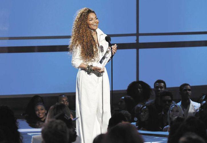 La cantante no especificó cuándo reanudaría su gira pero prometió que todos sus conciertos serían reprogramados y las entradas reembolsadas. En la foto; Janet Jackson durante una entrega de premios.(AP)