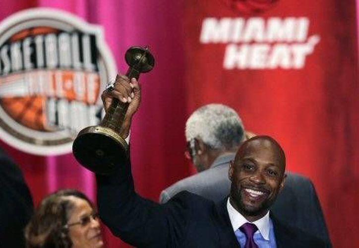 Alonzo Mouring celebra su ingreso al Salón de la Fama de la NBA. (AP)