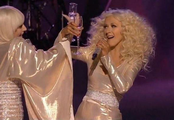 Christina Aguilera y Lady Gaga lucieron trajes brillantes en tonos marfil durante su interpretación musical en The Voice. (thebizzniz.com)