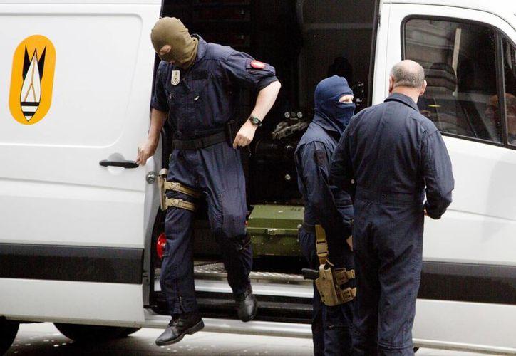 La escuadra antiexplosivos llega a la estación central de tren de Amberes, Bélgica. (Agencias)