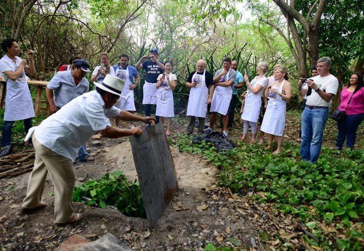"""Los chefs de varios países aprendieron a preparar y cocinar la """"cochinita pibil"""", platillo que distingue a Yucatán. (Luis Pérez/SIPSE)"""