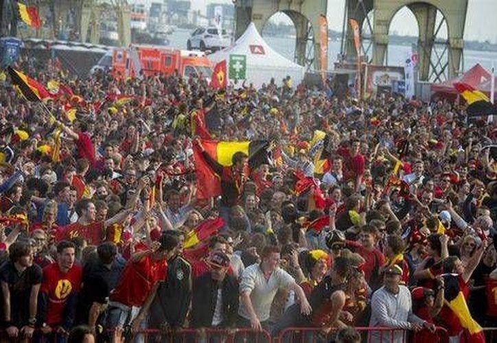 Aficionados belgas celebran el triunfo de su selección sobre Argelia en su primer partido en el Mundial de Brasil. (EFE)