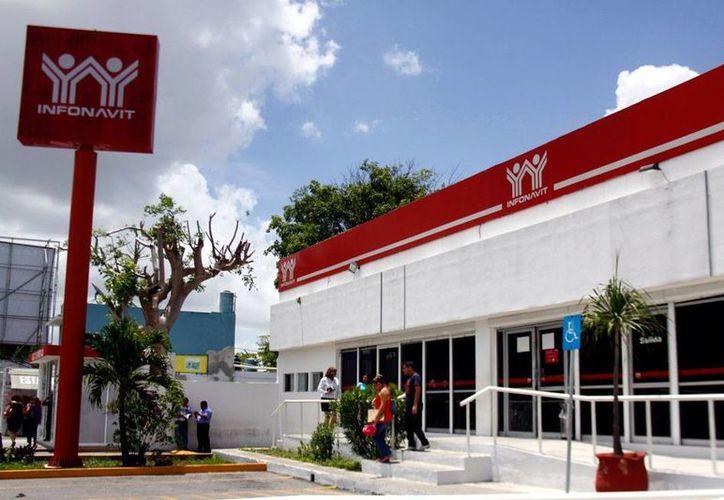 De acuerdo con empresarios  de Yucatán, el Infonavit está ejerciendo presión para cobrar adeudos 'pequeños', lo que los hombres de negocios califican como 'acoso'. La imagen es de la delegación local y está utilizada solo como contexto. (Milenio Novedades)