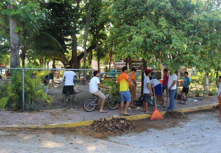 Un grupo de deportistas se unió a la labor comunitaria para la limpieza del parque familiar en Tulum. (Sara Cauich/SIPSE)