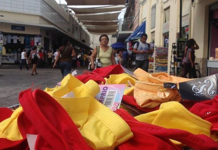 Uno de los rituales más recurrentes es usar ropa interior de color rojo y amarillo en el último día del año. (Archivo/SIPSE)
