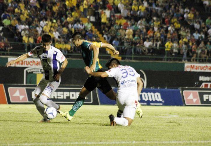 Las llegadas de Venados rindió fruto al minuto 25, cuando Víctor Guzmán anotó en su propia portería en el estadio Carlos Iturralde. (Milenio Novedades)