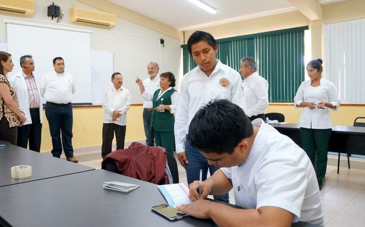 Alumnos del Tecnológico Superior de Valladolid recibieron este jueves la Cartilla Nacional de Salud otorgada por el IMSS. (Cortesía/ IMSS)