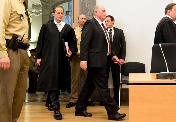 El presidente del FC Bayern, Uli Hoeness (c), y sus abogados Bernd Gross, Hanns W. Feigen y Markus Gotzens, al comienzo del cuarto día de jucio por evasión de impuestos. (Agencias)
