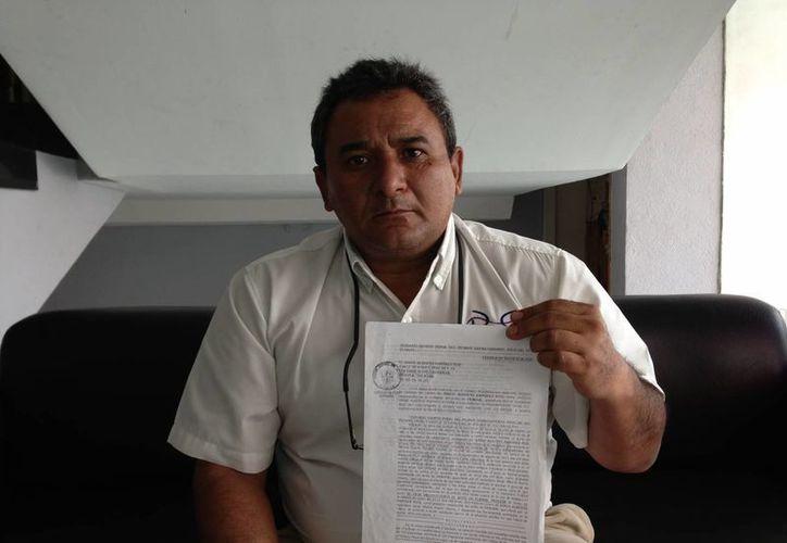 Jorge Alberto Ramírez Ruz, exhibe el amparo que le permitió salir del penal de Mérida. (SIPSE)
