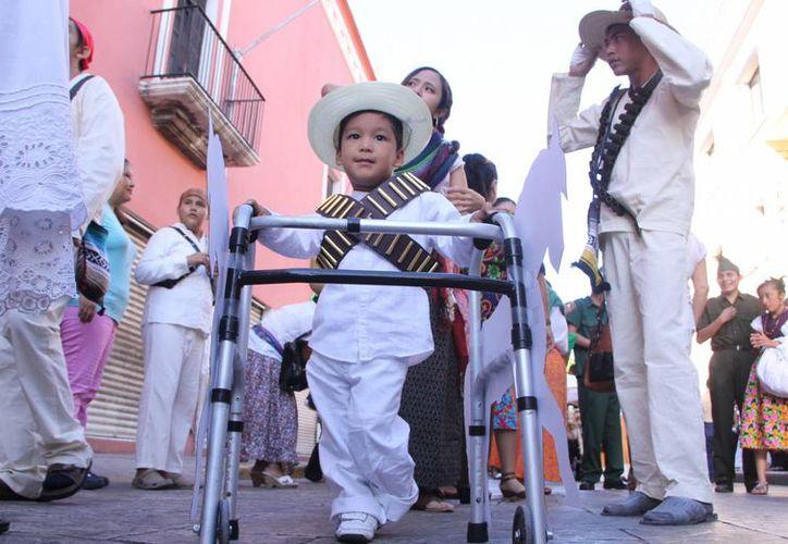 Algunos niños acudieron disfrazados como personajes alusivos a la Revolución Mexicana, otros ofrecieron algunos bailables. (José Acosta/SIPSE)
