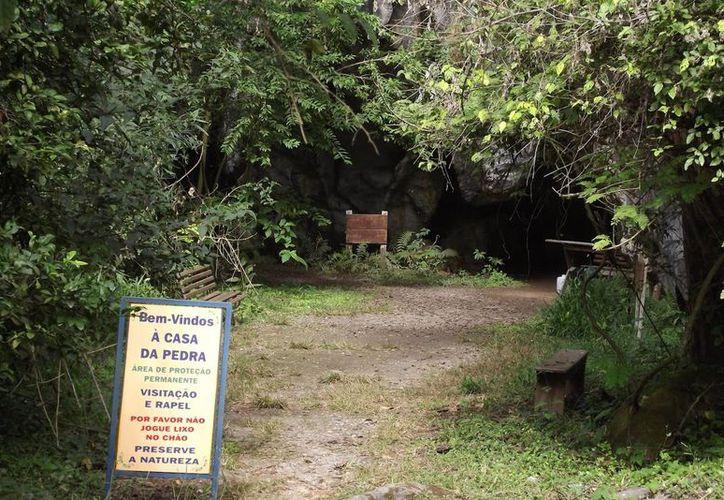 Entrada a la gruta Casa da Pedra, donde  había medio centenar de personas en el momento que se derrumbó parte del techo. (Foto de archivo: www.quersabermeublog.blogspot.mx/)