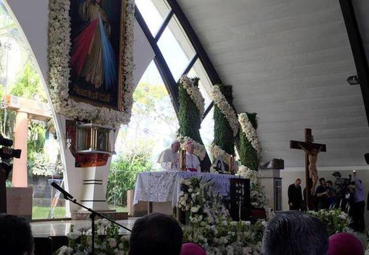 El Papa Francisco visitó hoy lunes el Santuario de la Divina Misericordia, donde convivió con cientos de enfermos de cáncer, ancianos y gente muy pobre en Ecuador. (@oss_romano)