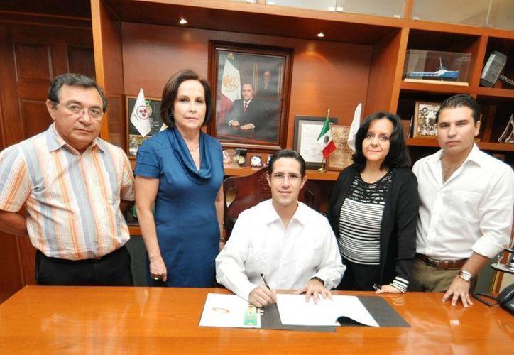 El alcalde en la firma del convenio al están sumados los 10 municipios del estado. (Redacción/SIPSE)
