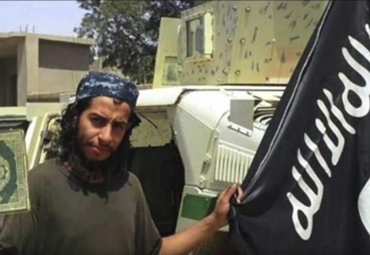 Captura de video publicado por el Estado Islámico (EI) en el portal Youtube que muestra supuestamente al presunto cerebro de los atentados del pasado viernes en París, el belga Abdelhamid Abaaoud, que falleció ayer durante un operativo policiaco en Saint Denis. (Archivo/EFE/YouTube)