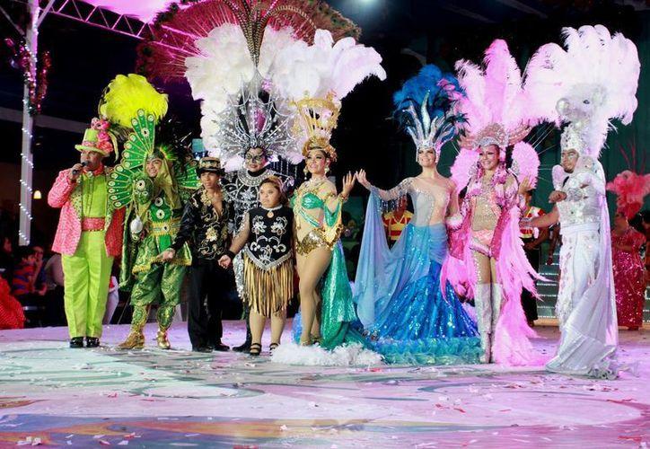 Los candidatos a Reyes del Carnaval 2015 se presentaron en originales disfraces para deleitar a la comunidad cozumeleña. (Redacción/SIPSE)