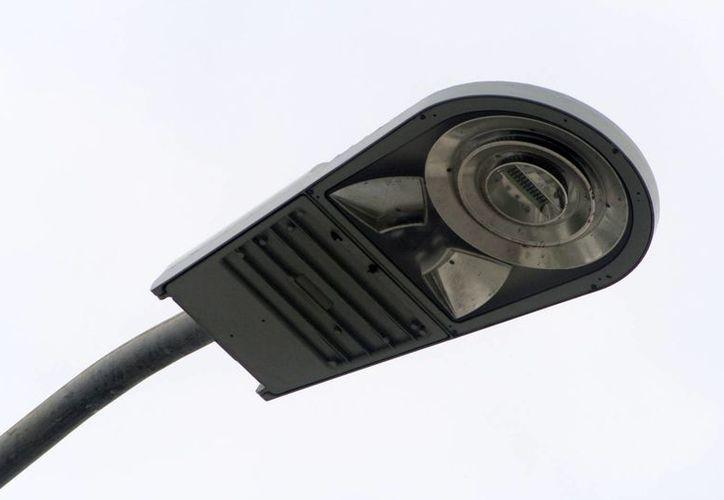 Las lámparas led tienen un consumo menor a los 100 watts cifra 50 por ciento menos que los focos convencionales. (Harold Alcocer/SIPSE)
