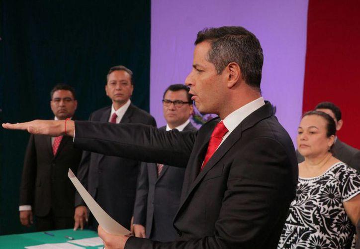 Alejandro Murat rindió protesta como gobernador de Oaxaca a las 01:30 horas del jueves en las instalaciones de la Corporación Oaxaqueña de Radio y Televisión. (Notimex)
