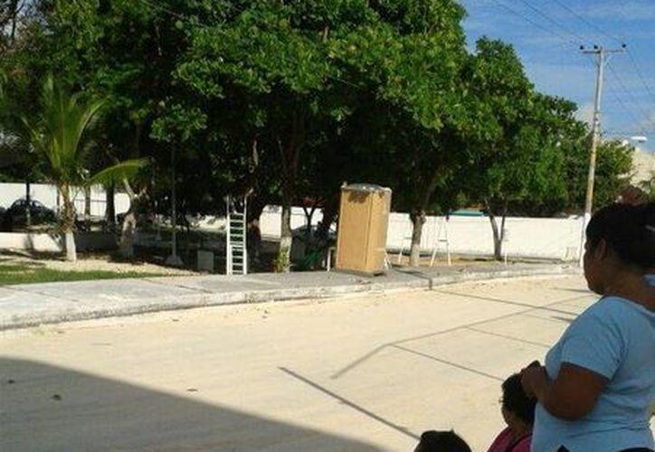 Votantes de la casilla 643 optaron por sentarse a esperar la llegada de los funcionarios del Ieqroo. (Licety Díaz/SIPSE)