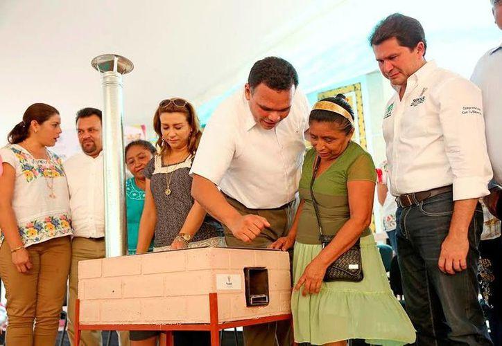 El Gobierno del Estado entregó ayer apoyos a familias de Izamal, como parte de la estrategia 'Mejorar', que inició esta semana. (Milenio Novedades)