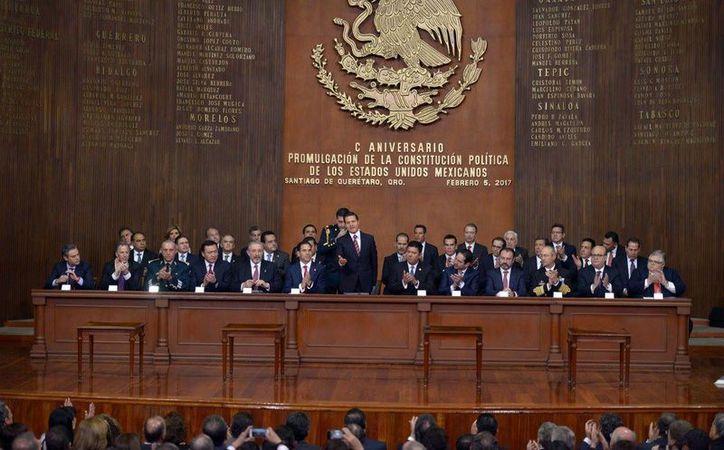 El presidente Enrique Peña Nieto encabezó la ceremonia por el centenario de la Constitución, en el Teatro de la República, en Querétaro. (Tomada del Facebook de Presidencia de la República)