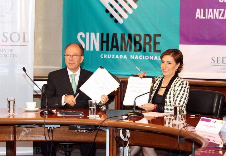 El presidente de Un Kilo de Ayuda, José Ignacio Ávalos Hernández,y la secretaria de Desarrollo Social, Rosario Robles, durante la firma de un convenio como parte de la Cruzada Nacional Contra el Hambre. (Notimex)